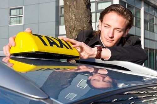 Первые севастопольские таксисты получили разрешения на перевозку