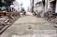 Подрядчик реконструкции центральных улиц Симферополя приступил к замене плитки на трех участках