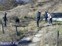 В Керчи студенты убирали территорию у братской могилы в Аршинцево