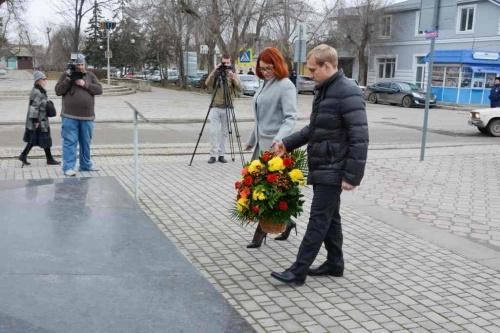 Евпаторийцы возложили цветы к памятнику Токареву