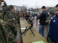 В центре Симферополя, несмотря на дождь, выставили военную технику и оружие