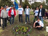 Активисты Алуштинского городского отделения партии ЛДПР высадили на Центральной набережной цветы