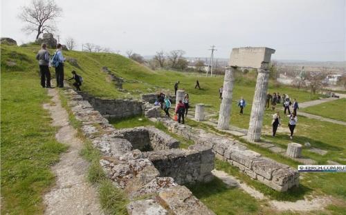 Керченским школьникам показали городище Пантикапей