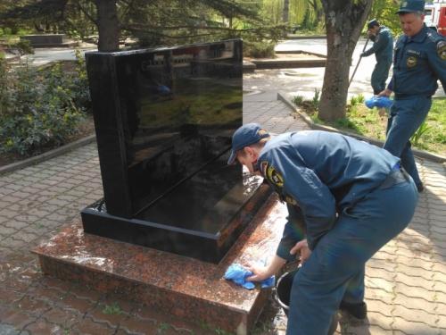 В Симферополе помыли мемориал жертвам Чернобыля
