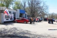 Рабочие завода Керченского металлургического завода вышли под стены предприятия